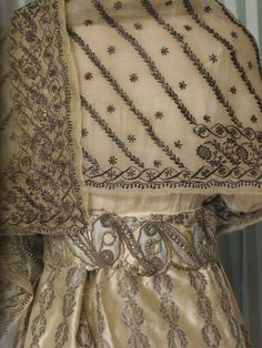 A white silk court dress embroidered with a pattern of gold laurel crowns + an embroidered muslin shawl (empress Josephine)