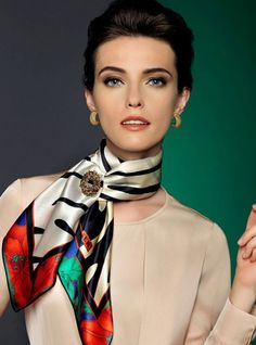 Find Out How to Tie a Neck Tie Scarf - Life ideas Ways To Wear A Scarf, How To Wear Scarves, Fashion Over, Look Fashion, Mode Outfits, Fashion Outfits, Elegante Y Chic, Silk Neck Scarf, Scarf Knots