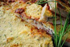 Recept: Cibuľový koláč | Nebíčko v papuľkemúka 350g droždie 25g vlažné mlieko 125ml cukor 1 lyžička soľ olej 4 lyžice husacia masť cibuľa 500-750g smotana na varenie ½ hrnčeka mletý muškátový oriešok petržlenová vňať pažítka 1 zväzok slanina cca 150g kyslá smotana 1 hrnček vajcia 3ks sladká smotana ½ hrnčeku