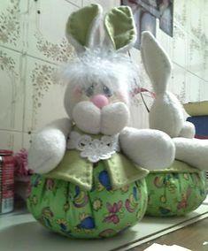 Coelho gorducho e bochechudo para decorar na páscoa Fabric Crafts, Diy Crafts, Animal Crafts, Easter Bunny, Rabbit, Teddy Bear, Baby Shower, Sewing, Toys