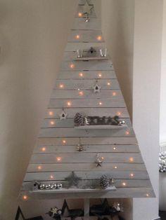 houten kerstboom met lichtjes