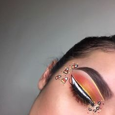 <img> Pretty Halloween makeup ideas to inspire your costume. From sugar skull and cat to fairy, take a look at these pretty ideas for Halloween! Halloween Eyeshadow, Cute Halloween Makeup, Halloween Makeup Looks, Halloween 2016, Easy Halloween, Halloween Costumes, Makeup Clown, Candy Makeup, Costume Makeup