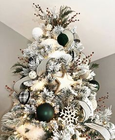 When it comes to decorating, my favourite part is the TREE. I love to create a beautiful Christmas tree. Here is the Ultimate christmas tree Inspiration! The Ultimate Christmas Tree inspiration. The best Christmas trees. Black Christmas Trees, Beautiful Christmas Trees, Christmas Tree Themes, Noel Christmas, Christmas Wreaths, Flocked Christmas Trees Decorated, Christmas Tree With White Decorations, How To Decorate Christmas Tree, Farmhouse Christmas Trees