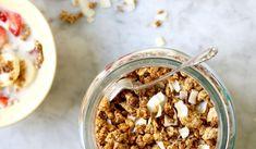 Granola med smak av jordgubbar och kokos – Nilla's Kitchen Nilla, Granola Bars, Cereal, Gluten, Breakfast, Kitchen, Food, Morning Coffee, Cooking