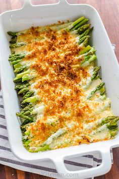 Asparagus Casserole (VIDEO) (Natasha& Kitchen) Asparagus Casserole in a creamy Alfredo sauce topped with crisp cheesy bread crumbs. This asparagus bake is an easy and impressive side dish. Read More The post Asparagus Casserole (VIDEO) Vegan Asparagus Recipes, Best Asparagus Recipe, Vegetarian Recipes, Cooking Recipes, Healthy Recipes, Creamy Asparagus, Esparagus Recipes, Meals With Asparagus, Asparagus