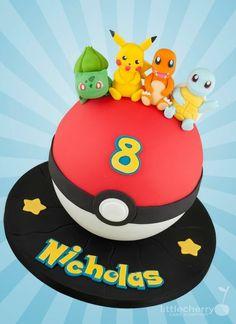 idee für eine rote pokemon torte mit gelben sternen, einem roten pokeball, felben überschriften und vier kleinen pokemon wesen   charmander, pikachu, bulbasur
