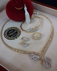 FashionVibes Jewelry Stylish American Diamond Necklace Set with Matching Earrings Diamond Necklace Set, Golden Jewelry, Trendy Necklaces, Schmuck Design, Jewelry Patterns, Necklace Designs, Luxury Jewelry, Indian Jewelry, Wedding Jewelry
