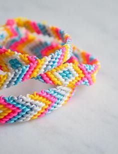 Friendship Embroidery Bracelets Easy to make: V woven bracelets! Friendship Bracelet Kit, Friendship Bracelets Tutorial, Diy Friendship Bracelets Patterns, Bracelet Tutorial, Macrame Tutorial, Wallet Tutorial, Embroidery Floss Bracelets, Yarn Bracelets, Summer Bracelets