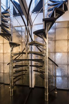 The upper floor boasts a chrome spiral staircase leading up to a roof terrace. London Mansion, Penthouse London, Stainless Steel Staircase, Glass Stairs, Steel Stairs, Modern Stairs, Terrace Design, Inside Design, Spiral Staircase