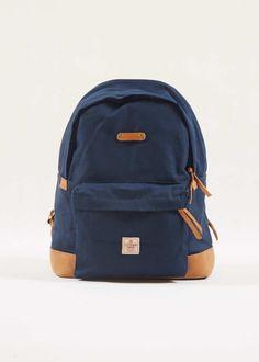 Mochil California Navy – Distintos  A California é uma mochila compacta, ideal para o uso diário pra quem carrega um laptop ou tablet e mais alguns objetos.