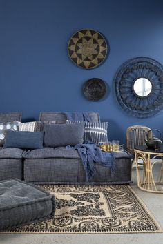 Surfs up - Loods 5 Blue Rooms, Blue Walls, Blue Living Rooms, Decor Interior Design, Room Interior, Red Feature Wall, Interior Natural, Blue Shed, Cosy Room