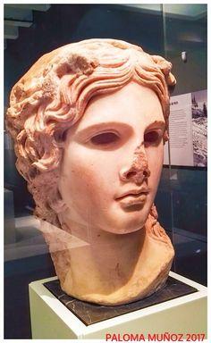 Cabeza de mármol, versión romana (120-140 DC) de un original griego. El dios Dioniso. Procedente de Roma. Marble head, Roman version (120-140 AD) From a Greek original. The god Dionysus. Coming from Rome.