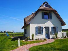 Haus Meerblick in Zierow: 2 Schlafzimmer, für bis zu 6 Personen. Haus Meerblick - Modernes Reetdach Haus mit einzigartigem Ostseeblick   FeWo-direkt