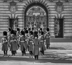 #changeofguards #travelphotography #london #nikon #nikonphotography #nikontop #hdr #hdrphotography #hdrtraveller  #blackandwhite #blackandwhitephotography #architecture #hcmr #thebritisharmy #buckinghampalace #uk #england #palace #royal #royalguards by rayeophotography