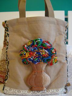 Bolsa juta com aplicação de madeira flores de Chita