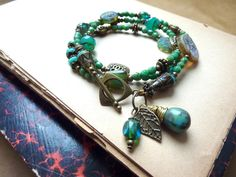 Bracelet bohème bleu, turquoise , vert, perles tchèques. : Bracelet par l-atelier-des-p-tites-fantaisies