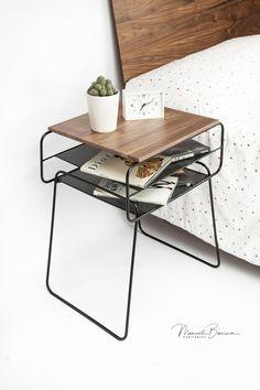Mesilla de noche / Mesita de noche, de hierro lacado negro y madera de roble, de mediados de siglo, moderno, retro