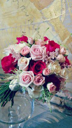 Ramo súper romántico compuesto por rosas, rosas de pitiminí y astilbes rosas y blancos // Super romantic bouquet with roses, pitimini roses and white and pink roses
