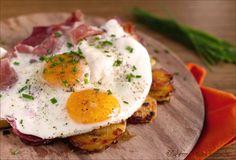 """Uova con speck e patate saltate """"Spiegeleier mit Speck und Bratkartoffeln"""": un piatto unico della cucina tirolese, senz'altro molto sostanzioso e sfizioso."""