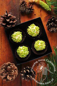 Pralines with pine flowers. Pralinki z kwiatami sosny.