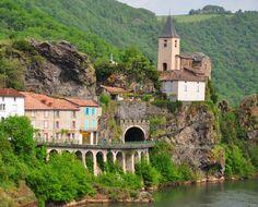 Ambialet : c'est une presqu'île rattachée à la vallée par une mince enfilade de rochers qui contournent les méandres du Tarn. Ambialet offre un superbe panorama et mérite durant l'été de rester jusqu'à la nuit, pour admirer le site illuminé. De belles vues panoramiques sur ce village sont à découvrir depuis les collines de Saint Cirgue et Saint Raphaël. Dans ce petit bourg, le prieuré Notre Dame en haut du village, chapelle...