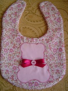 i like the applique Couture Bb, Baby Bibs Patterns, Diy Bebe, Bib Pattern, Baby Kind, Baby Decor, Baby Sewing, Baby Accessories, Burp Cloths
