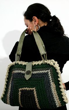 "New Cheap Bags. The location where building and construction meets style, beaded crochet is the act of using beads to decorate crocheted products. ""Crochet"" is derived fro Crochet Round, Love Crochet, Bead Crochet, Crochet Handbags, Crochet Purses, Crochet Bags, Crochet Stitches, Crochet Patterns, Mode Jeans"