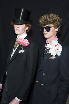 The dandies of the Dunhill man parade, flowers, top hat - Dorian Gray inspired Wedding - Mode Masculine, Dandy, Summer Wedding Menswear, Fashion Week Hommes, Messy Wedding Hair, Spring Summer 2016, Style Summer, Workout Warm Up, Wedding Tags