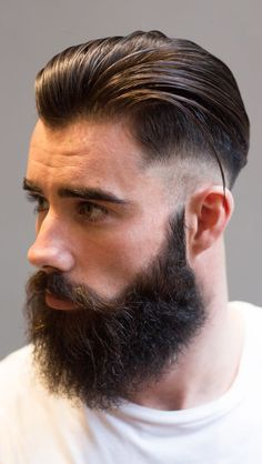Corte de cabelo masculino slicked back com degradê.