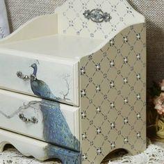 Decoupage Drawers, Decoupage Furniture, Decoupage Box, Hand Painted Furniture, Jewelry Box Makeover, Painted Jewelry Boxes, Jewellery Box Making, Napkin Decoupage, Craft Box