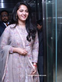 Glamorous Indian Girl Anushka Shetty New Smiling Face Stills Dress Indian Style, Indian Dresses, Indian Outfits, Indian Wear, Churidar Designs, Kurta Designs Women, Actress Anushka, Tamil Actress, Bollywood Actress