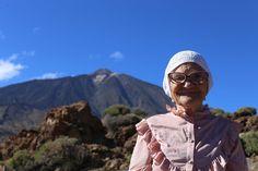 Baba Lena disfrutó ayer del Teide como una niña, pese a que ya tiene 90 años. Desde que cumplió 83 esta jubilada rusa, originaria de Siberia, viaja sola por el mundo y ha recalado ahora en Tenerife. La abuelita especial se llama Elena Erkhova y su apodo significa 'abuela Lena'. #Tenerife #babushka #бабушка1927 #babushka_1927 #babushka1927 #еленаерхова #babalena #elenaerkhova #супербабушка #siberia #krasnoyarsk