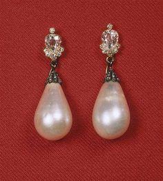 Paire de boucles d'oreilles de la parure de perles de Joséphine (Louvre)