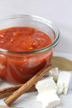 Griekse tomatensaus: Ben jij ook zo dol op Griekse tomatenrijst of gamba's in tomatensaus gegratineerd met feta? Met deze Griekse tomatensaus tover je deze heerlijke gerechtjes op tafel!