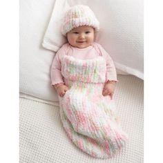 Knit Baby Cocoon in Bernat Pipsqueak. Entdecken Sie noch mehr Anleitungen von Bernat auf LoveKnitting. Wir bieten eine riesige Auswahl an Garnen, Nadeln, Büchern und Anleitungen von all Ihren Lieblingsmarken an.