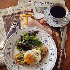 忙しい朝だからこそ、お気に入りの食器と共に過ごしたい。 簡単なオープンサンドにサラダの朝食、とってもカジュアルだけどシンプルなロイヤルコペンハーゲンの食器なら意外にマッチしちゃうんです。
