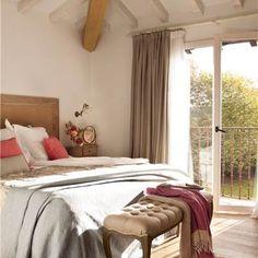Dormitorio con techo abuhardillado y banqueta a los pies de la cama_379074