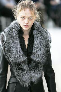 Coat with fur trim, for a Northern lady B Fashion, Winter Fashion, Womens Fashion, Sasha Pivovarova, Fur Accessories, Cool Style, My Style, Winter Wear, Fall Winter