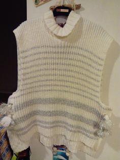 Tunique en laine fait mains et de couleurs blanc cassé et fil argent avec bouton et petit col roulé
