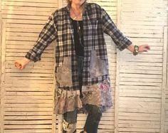 Cette pièce fait partie de ma Collection «Prairie Chic», vêtements d'inspiration Western dans «Meet Frontier Days de Style Hippie», beaucoup de Denim, dentelle, volants et Pilou qui Time-Worn l'air!  Plumeau manteau ou robe chemise en taille jusquà environ XL. Je suis notamment une ceinture en Jean, ou vous pouvez utiliser votre propre... ou aller sans... Le corsage est une chemise de flanelle dans un petit plaid en caramel brun, bleu marine et beige. L'ourlet est une jupe à volants et…