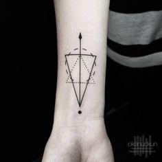 Tatuaje de estilo geométrico en el interior de la... - Tatuajes Pequeños para Mujeres y Hombres