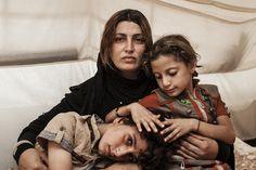 """""""Le stesse persone che hanno causato problemi a me, adesso li stanno causando a tutto il paese"""" Amira è fuggita con la famiglia da #Mosul a giugno 2014, ma è dal 2006 che sono costretti a spostarsi per l'#Iraq. I loro vicini li accusavano di essere collusi con gli americani e fecero girare la notizia che Amira avesse una relazione con uno dei soldati statunitensi. Un'accusa grave e quasi letale in una società conservativa. Adesso si trovano nel #Kurdistan iracheno, con oltre 850mila…"""