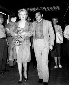 Marilyn Monroe and Milton Greene during the filming of Bus Stop, Beautiful Soul, Beautiful People, Milton Greene, Normal Girl, Fake Pictures, Women Names, Marylin Monroe, Bus Stop, Norma Jeane