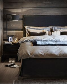 〚 Modern chalet with moody dark interiors in Norway 〛 ◾ Photos ◾Ideas◾ Design Rustic Bedroom Design, Home Decor Bedroom, Cottage Bedrooms, Rustic Bedrooms, Bedroom Ideas, Dark Interiors, Cabin Interiors, Couple Room, Modern Cottage