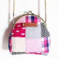 Novedad de la semana Bolso Patch me encanta yo ya lo tengo y tu? Visita www.myleov.es #bolso #patch #boquilla #retros #pink #shoulderbag #modafeminina #accesorios #handmadebag #hechoamano #diy #bonito #regalos