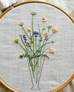 3個目は黄色メインのお花達に(*^^*) この花達の名前がひとつひとつ知りたくなるくらい可愛い  #刺繍#ホビーラホビーレ#青木和子