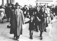 insignia amarilla de los judíos época nazi . A partir de 1938 se obliga a todos los judíos mayores de 6 años a llevar la insignia de una estrella amarilla cosida a la ropa, siempre que fuesen por lugares públicos.