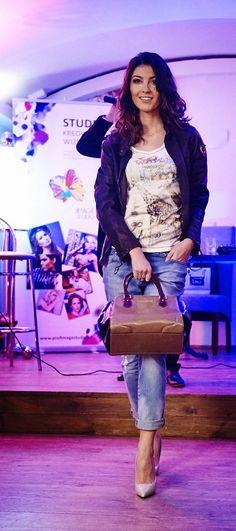 Mieliśmy przyjemność być partnerem miłego kobiecego wydarzenia Stylowy Dzień Kobiet. Na zdjęciu kuferek roccobarocco, kolory beż, czarny, bordo. Dostępny w Butiku Multicase lok. 1.50 , 1 piętro w Centrum Handlowym Atrium Promenada Stroje: Madonna Fashion Collection ul. Poznańska 53 Foto: Cenna Chwila Photography Macin Ciepieniak Miejsce: ARCH&tektura ul. Koszykowa 55 Organizator: Profimage Studio #Multicase #calvinklein #bags #fashion #pokazmody #torebki