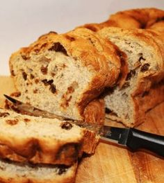 Today's recipe is How To Make Homemade Raisin Bread. The perfect bread to serve at breakfast and to start your day. Packed with juicy raisins and mild taste of the honey that makes this bread delicious. Vegan Keto, Healthy Baking, Healthy Snacks, Pain Aux Raisins, Tortillas Veganas, Queso Brie, Low Carb Recipes, Healthy Recipes, Raisin Bread