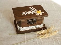 Anillo de bodas anillo caja portador caja personalizada anillo caja/rústico boda caja/almohada alternativa/Customizable caja/compromiso caja/caja del anillo sostenedor del anillo de mirelaemilia en Etsy https://www.etsy.com/es/listing/261657251/anillo-de-bodas-anillo-caja-portador